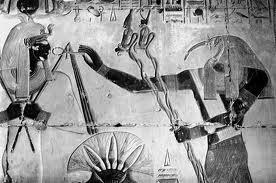 Teuth col doppio ureo porge ad Osiride la chiave di vita